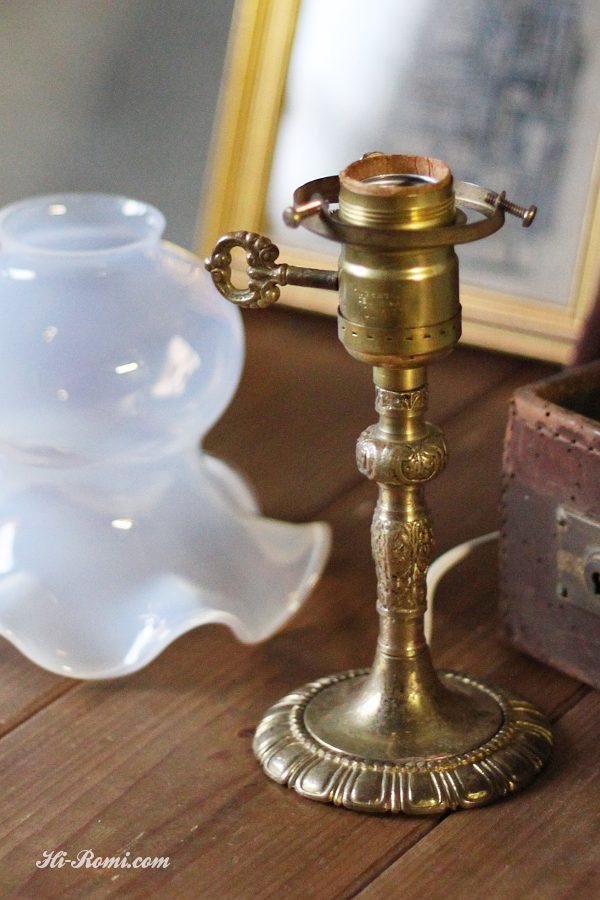ヴィンテージ鍵スイッチ付き乳白ガラスのシェード付き真鍮テーブルランプ/アンティーク卓上カフェライト